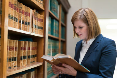 Two lawyers constituting each other in a library.